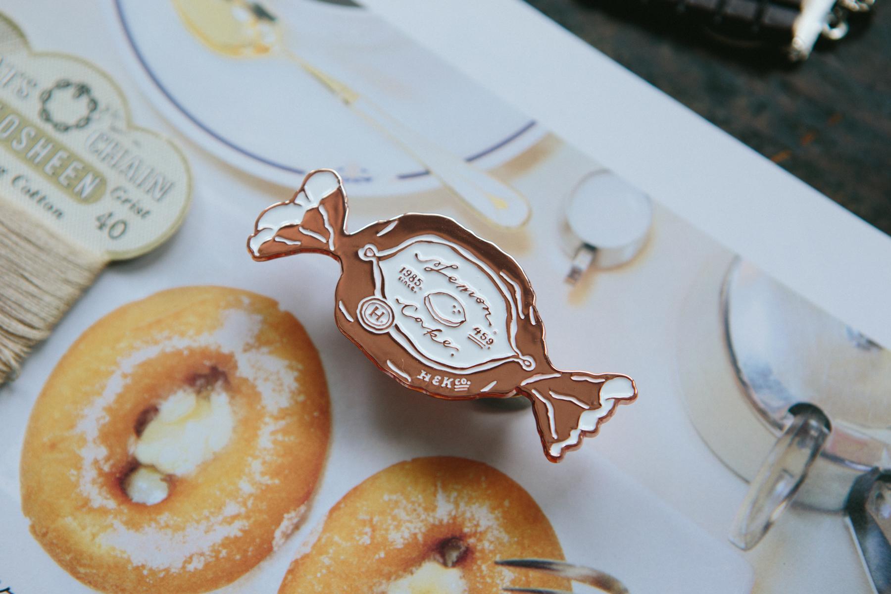 OURS 抽屜之中 檸檬蛋糕 金屬 徽章